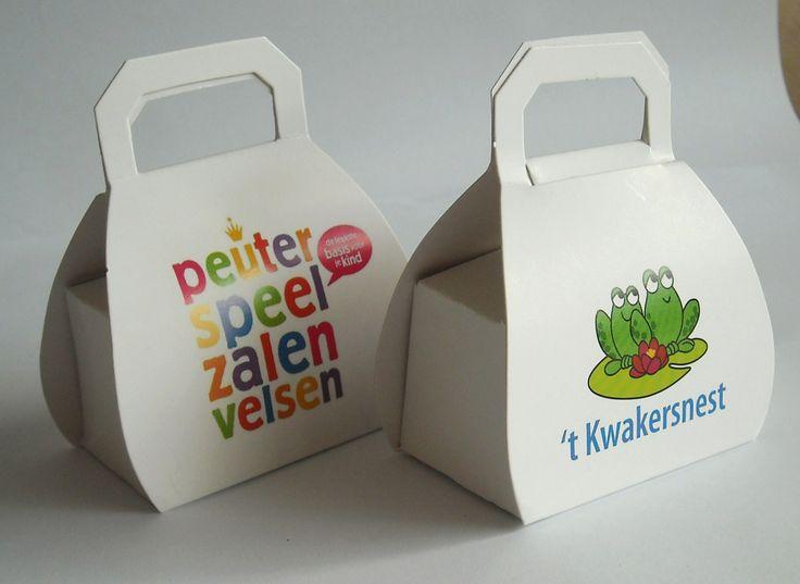 Leuk doosje voor give-a-way zoals 2 bonbons of 1 theezakje of bloembolletje. 55 x 35 x 30 mm.