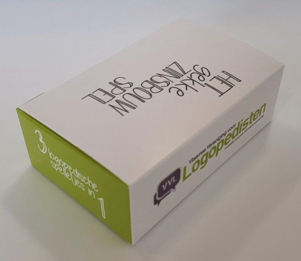 doosje bedrukt in groen met logo voor kaartjes spel